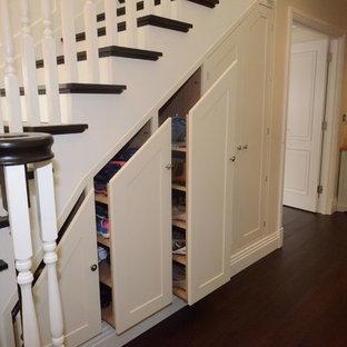Esempio di una scala curva design di medie dimensioni con pedata in legno e alzata in legno