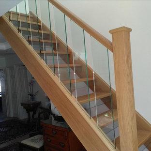 Modelo de escalera en L, tradicional renovada, con escalones de madera, contrahuellas de vidrio y barandilla de vidrio