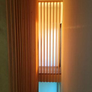 Diseño de escalera en U, contemporánea, pequeña, con escalones de madera y contrahuellas de madera pintada