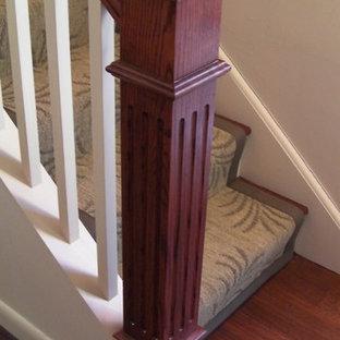 Ejemplo de escalera recta, clásica renovada, de tamaño medio, con escalones enmoquetados y contrahuellas enmoquetadas
