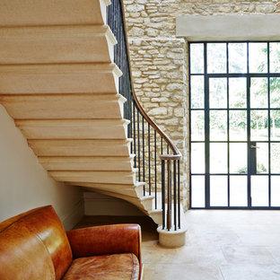 Esempio di una grande scala curva moderna con pedata in marmo e alzata in metallo