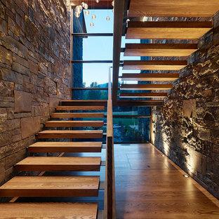 他の地域の木のラスティックスタイルのおしゃれな階段の写真
