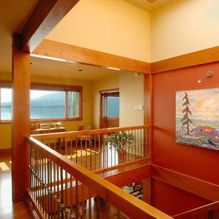Ejemplo de escalera recta, de estilo americano, de tamaño medio, sin contrahuella, con escalones de madera y barandilla de varios materiales