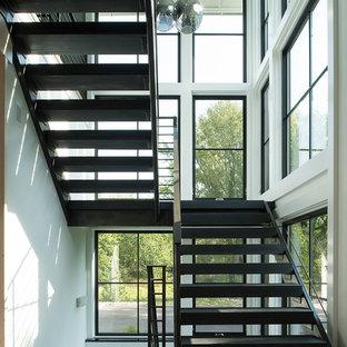 Свежая идея для дизайна: лестница в стиле кантри - отличное фото интерьера