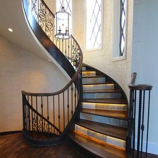 Imagen de escalera curva, tradicional, extra grande, con escalones de madera, contrahuellas de pizarra y barandilla de madera