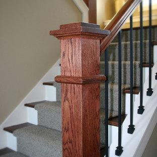 Modelo de escalera en U, clásica, de tamaño medio, con escalones enmoquetados y contrahuellas enmoquetadas