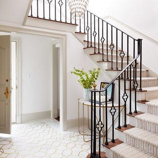 Стильный дизайн: п-образная лестница в стиле современная классика с ступенями с ковровым покрытием, ковровыми подступенками и металлическими перилами - последний тренд