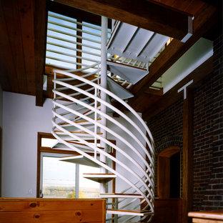ニューヨークの小さい木のエクレクティックスタイルのおしゃれな階段の写真