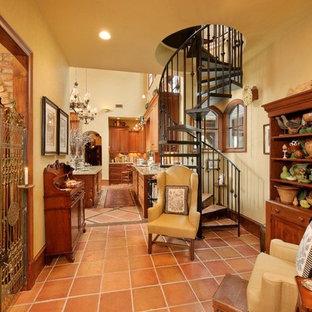 ヒューストンのテラコッタの地中海スタイルのおしゃれな階段 (金属の手すり) の写真