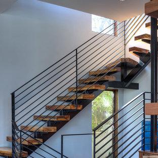 Foto di una scala curva contemporanea di medie dimensioni con pedata in legno e nessuna alzata
