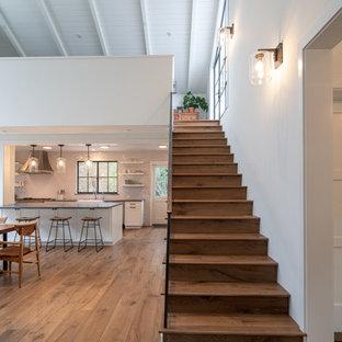 Стильный дизайн: лестница среднего размера в стиле модернизм - последний тренд