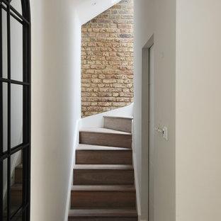 ロンドンの小さい木のコンテンポラリースタイルのおしゃれなかね折れ階段 (木の蹴込み板) の写真