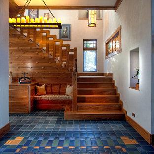 """Immagine di una grande scala a """"L"""" american style con pedata in legno, alzata in legno e parapetto in legno"""