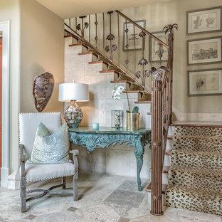 """Esempio di una scala a """"L"""" tropicale di medie dimensioni con pedata in legno, alzata in legno verniciato e decorazioni per pareti"""