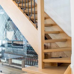 """Foto di una scala a """"L"""" moderna di medie dimensioni con pedata in legno, nessuna alzata e parapetto in metallo"""