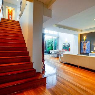パースの広い木のモダンスタイルのおしゃれな直階段 (木材の手すり) の写真