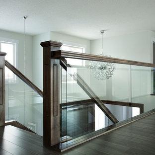 エドモントンの木のモダンスタイルのおしゃれな直階段 (木の蹴込み板、木材の手すり) の写真