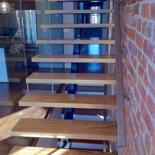 Foto de escalera suspendida, pequeña, sin contrahuella, con escalones de madera