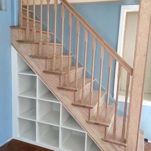 Diseño de escalera recta, tradicional renovada, de tamaño medio, con escalones de madera y contrahuellas de madera