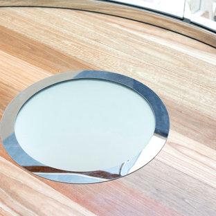 Foto de escalera curva y papel pintado, marinera, grande, con escalones de madera, contrahuellas de madera pintada, barandilla de madera y papel pintado