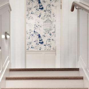 Ejemplo de escalera recta y papel pintado, costera, grande, con escalones de madera, contrahuellas de madera pintada, barandilla de madera y papel pintado