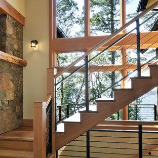 Неиссякаемый источник вдохновения для домашнего уюта: лестница в стиле рустика с деревянными ступенями, деревянными подступенками и перилами из смешанных материалов