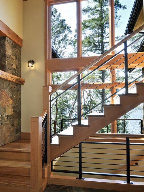 imagen de escalera rural con escalones de madera de madera y barandilla de metal
