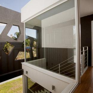 Diseño de escalera minimalista con escalones de madera