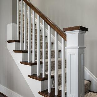 Foto de escalera recta, de estilo americano, de tamaño medio, con escalones de madera, contrahuellas de madera y barandilla de madera