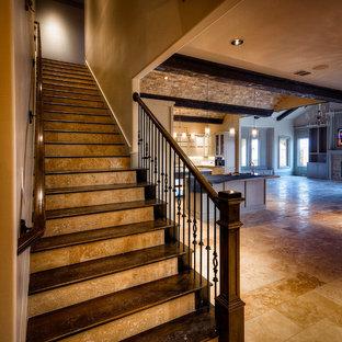 Diseño de escalera recta, mediterránea, de tamaño medio, con escalones de madera, contrahuellas de travertino y barandilla de metal