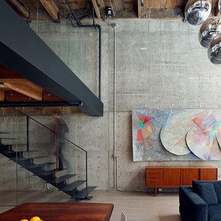 Ejemplo de escalera recta, urbana, pequeña, sin contrahuella, con escalones de metal y barandilla de metal
