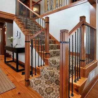 Imagen de escalera en L, clásica renovada, de tamaño medio, con escalones de madera y contrahuellas enmoquetadas