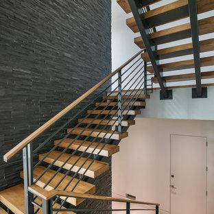 """Idee per una grande scala a """"U"""" minimalista con pedata in legno, nessuna alzata e parapetto in materiali misti"""