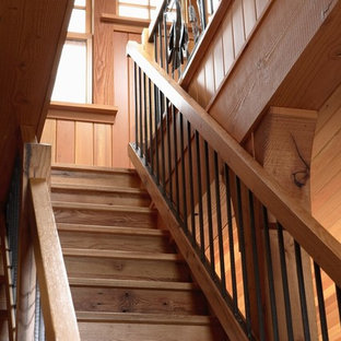 Ejemplo de escalera rústica con escalones de madera, contrahuellas de madera y barandilla de varios materiales