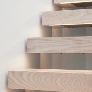 Modelo de escalera suspendida, nórdica, de tamaño medio, sin contrahuella, con escalones de madera