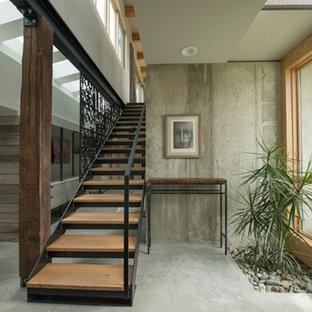 Bild på en mellanstor industriell rak trappa i trä, med öppna sättsteg