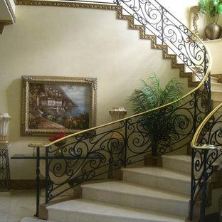 Imagen de escalera curva, grande, con escalones con baldosas y contrahuellas con baldosas y/o azulejos