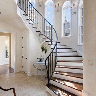 Diseño de escalera curva, campestre, grande, con escalones de madera, contrahuellas de madera pintada y barandilla de metal