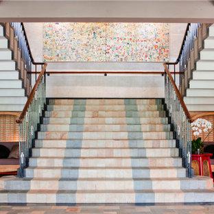 サンディエゴの巨大なタイルのアジアンスタイルのおしゃれな折り返し階段 (タイルの蹴込み板) の写真