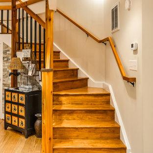 Idee per una grande scala a chiocciola stile marinaro con pedata in legno e alzata in legno