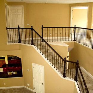 Imagen de escalera curva, tradicional, de tamaño medio, con escalones enmoquetados, contrahuellas enmoquetadas y barandilla de madera