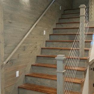 Imagen de escalera en L, clásica renovada, pequeña, con escalones de madera, contrahuellas de madera y barandilla de cable