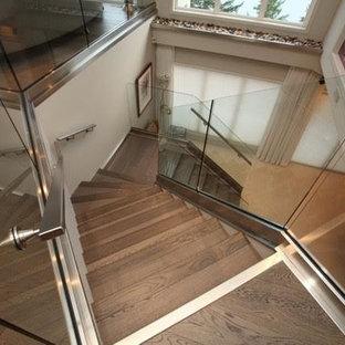Diseño de escalera curva, actual, de tamaño medio, con escalones con baldosas y contrahuellas de madera