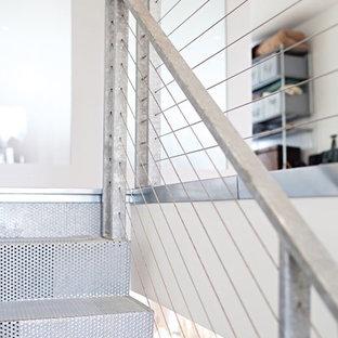 Пример оригинального дизайна: маленькая прямая лестница в стиле модернизм с металлическими ступенями, металлическими подступенками и металлическими перилами
