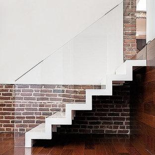 Esempio di una scala a rampa dritta di medie dimensioni con pedata acrillica