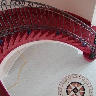 オースティンの広いフローリングのサンタフェスタイルのおしゃれなサーキュラー階段 (フローリングの蹴込み板) の写真