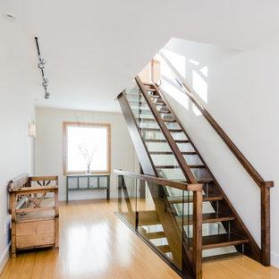 Modelo de escalera recta, nórdica, grande, con escalones de madera, contrahuellas de vidrio y barandilla de madera