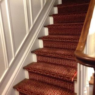 デトロイトの中サイズのカーペット敷きのトラディショナルスタイルのおしゃれな直階段 (木の蹴込み板) の写真