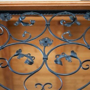 Diseño de escalera de caracol, de tamaño medio, con escalones de metal y contrahuellas de madera