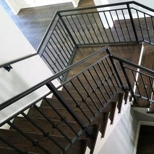 Modelo de escalera en L, actual, de tamaño medio, con escalones de madera, contrahuellas de madera pintada y barandilla de metal